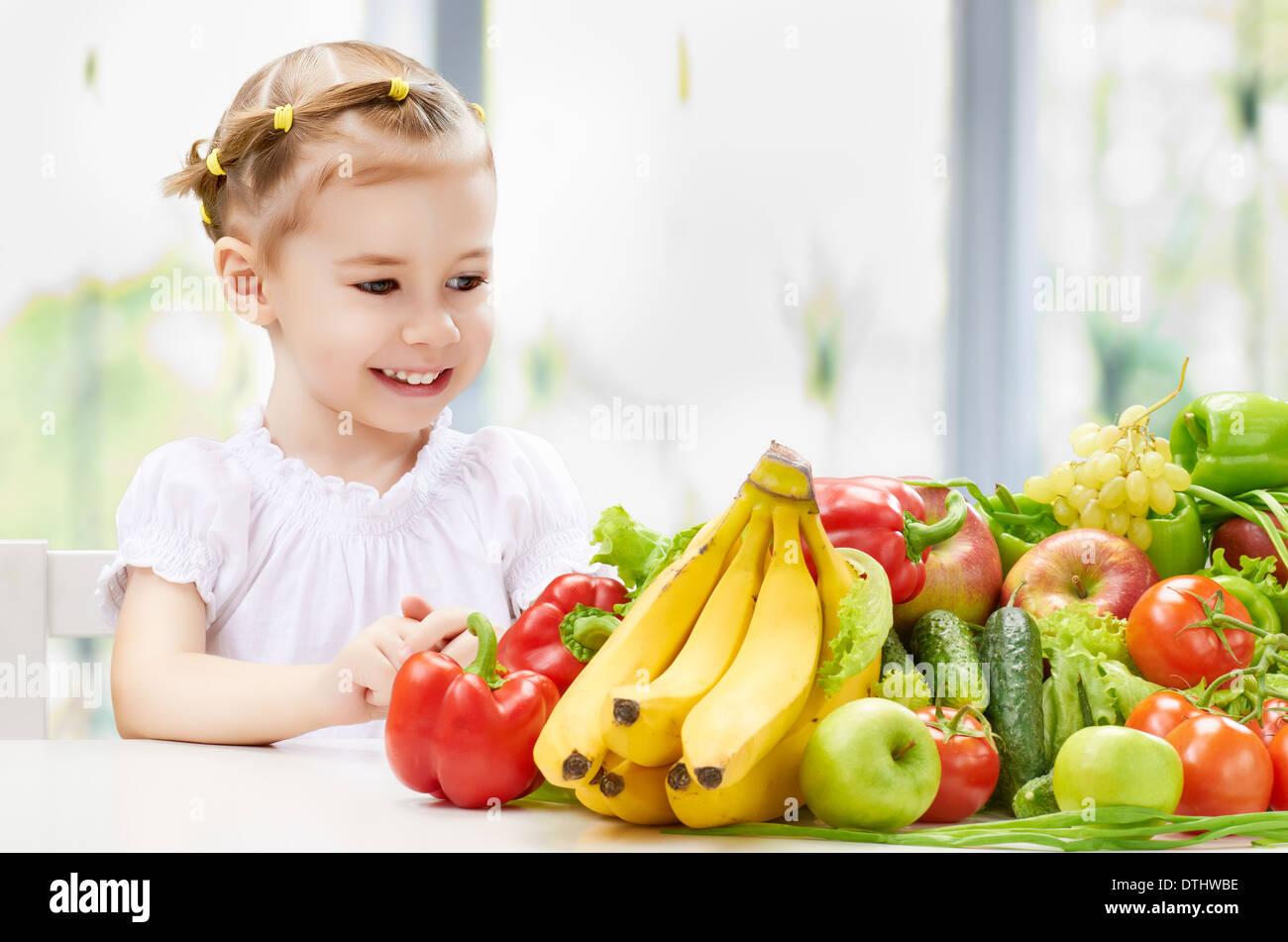 Une belle fille de manger des fruits frais Photo Stock