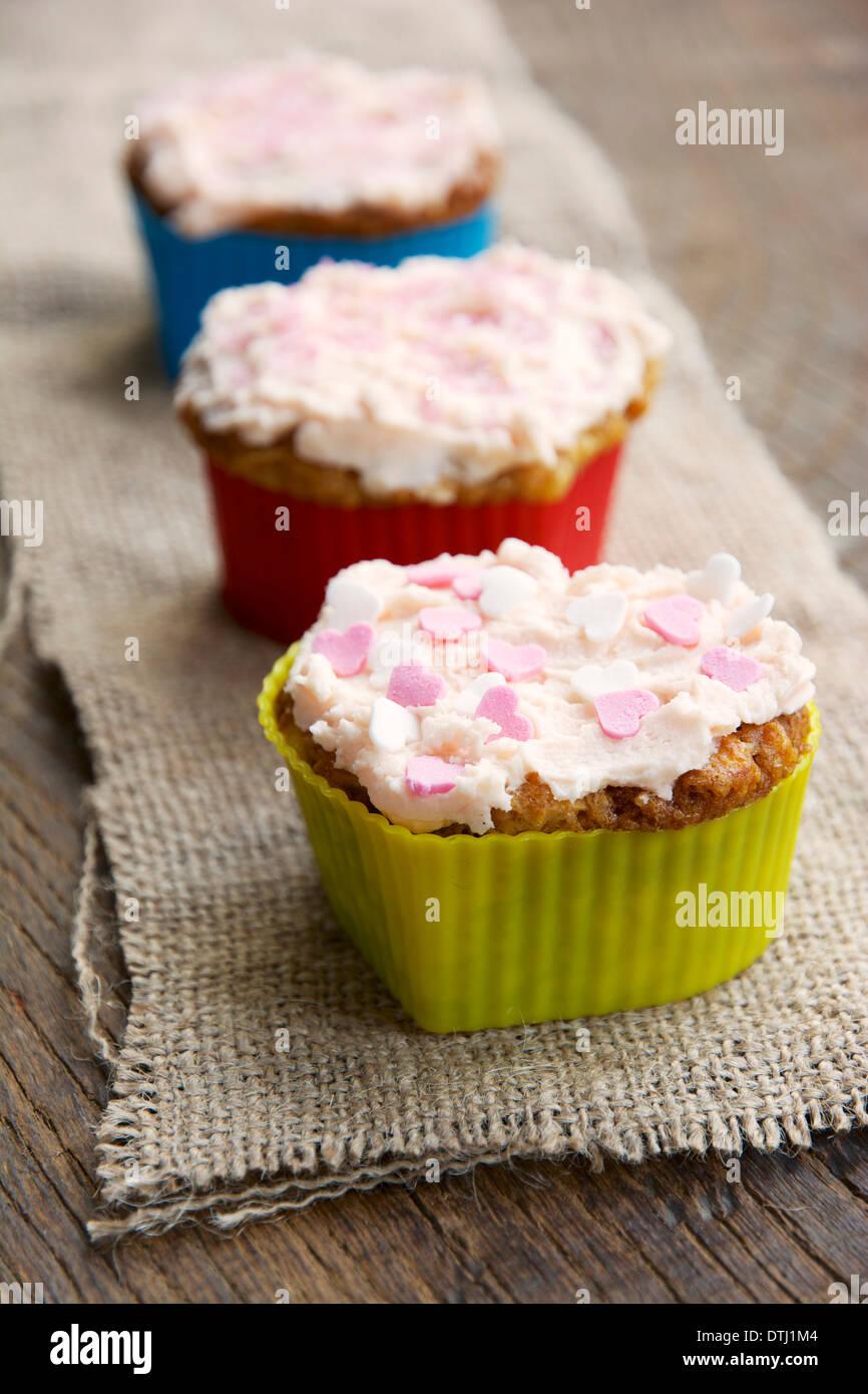 Apple et d'orange confites Cupcakes au beurre-crème garniture. Photo Stock