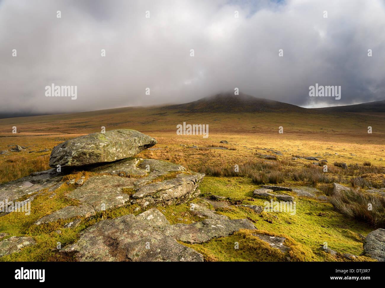 Donnant sur Rough Tor aussi connu comme Roughtor sur Bodmin Moor en Cornouailles Photo Stock