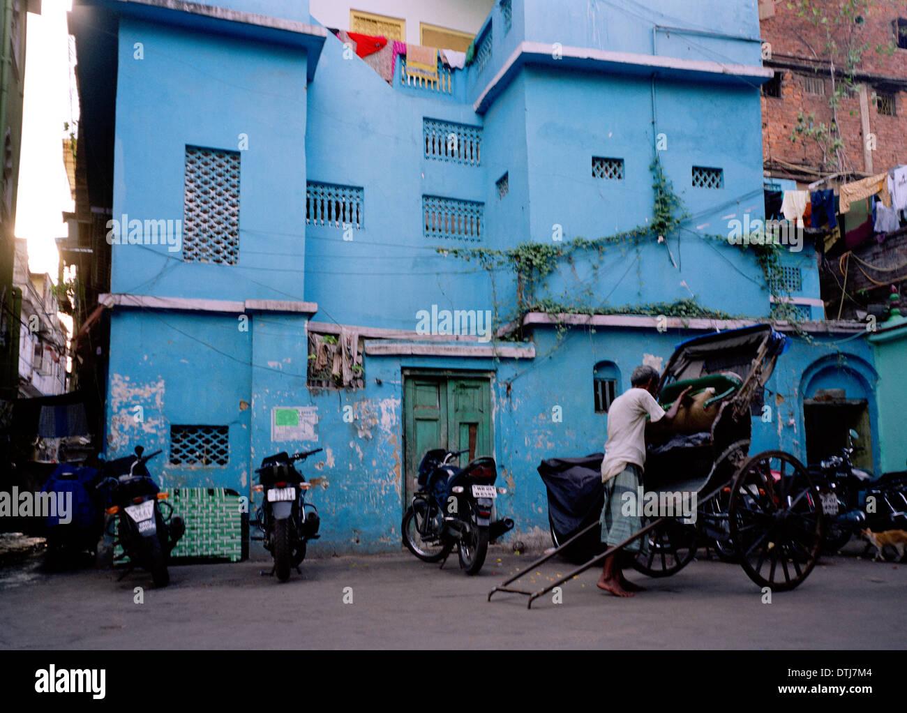 Pousse-pousse tiré dans la ville de Kolkata Calcutta dans le Bengale occidental en Inde, en Asie du Sud. La pauvreté urbaine des villes les gens des taudis de la vie de l'homme Billet Wanderlust Photo Stock