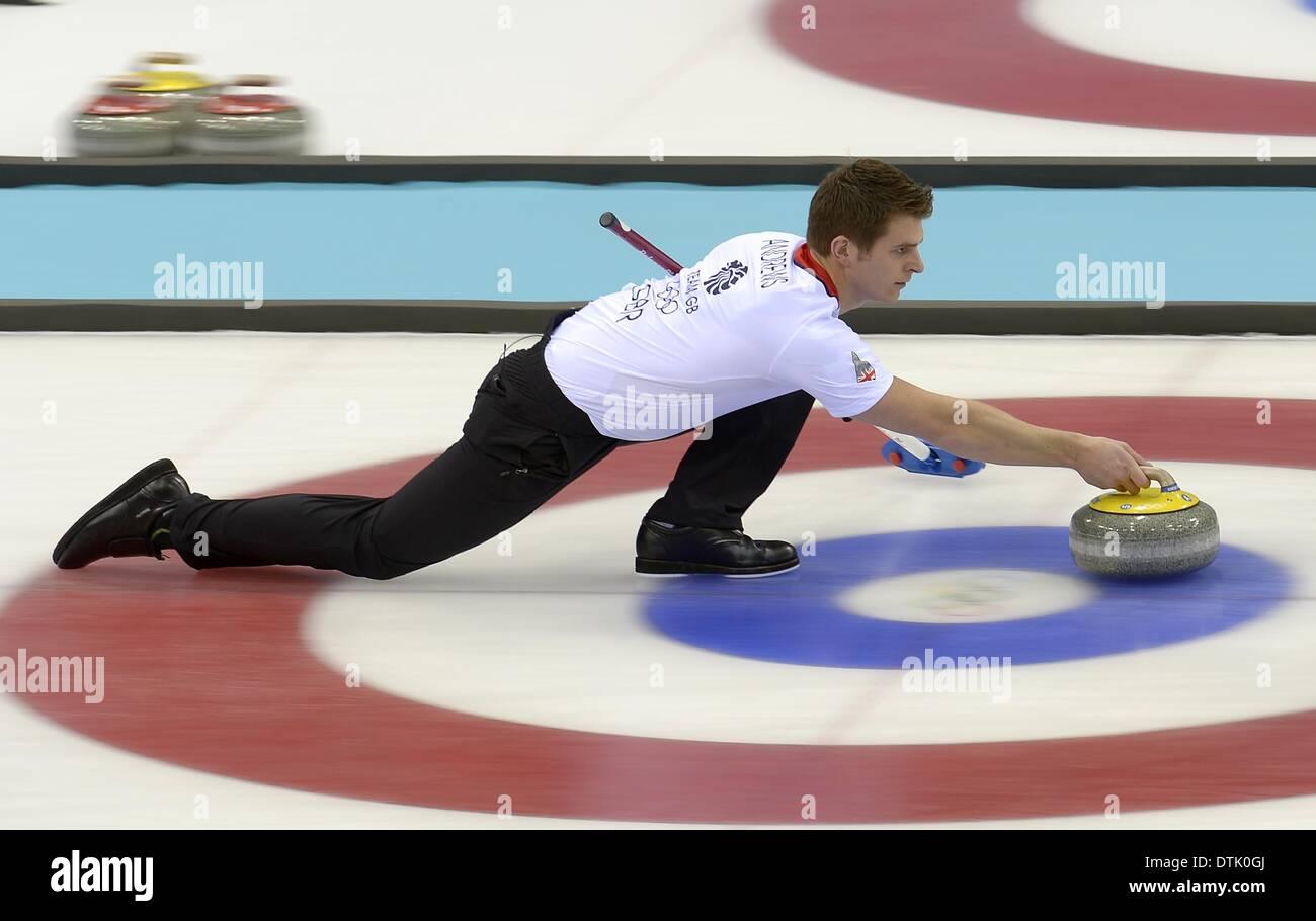 Sochi, Russie. 19 février 2014. Scott Andrws (GBR) pousse au large. Curling hommes demi-finale - GBR v SWE - centre de curling Ice Cube - Parc olympique - Sotchi - Russie - 19/02/2014 Credit: Sport en images/Alamy Live News Banque D'Images
