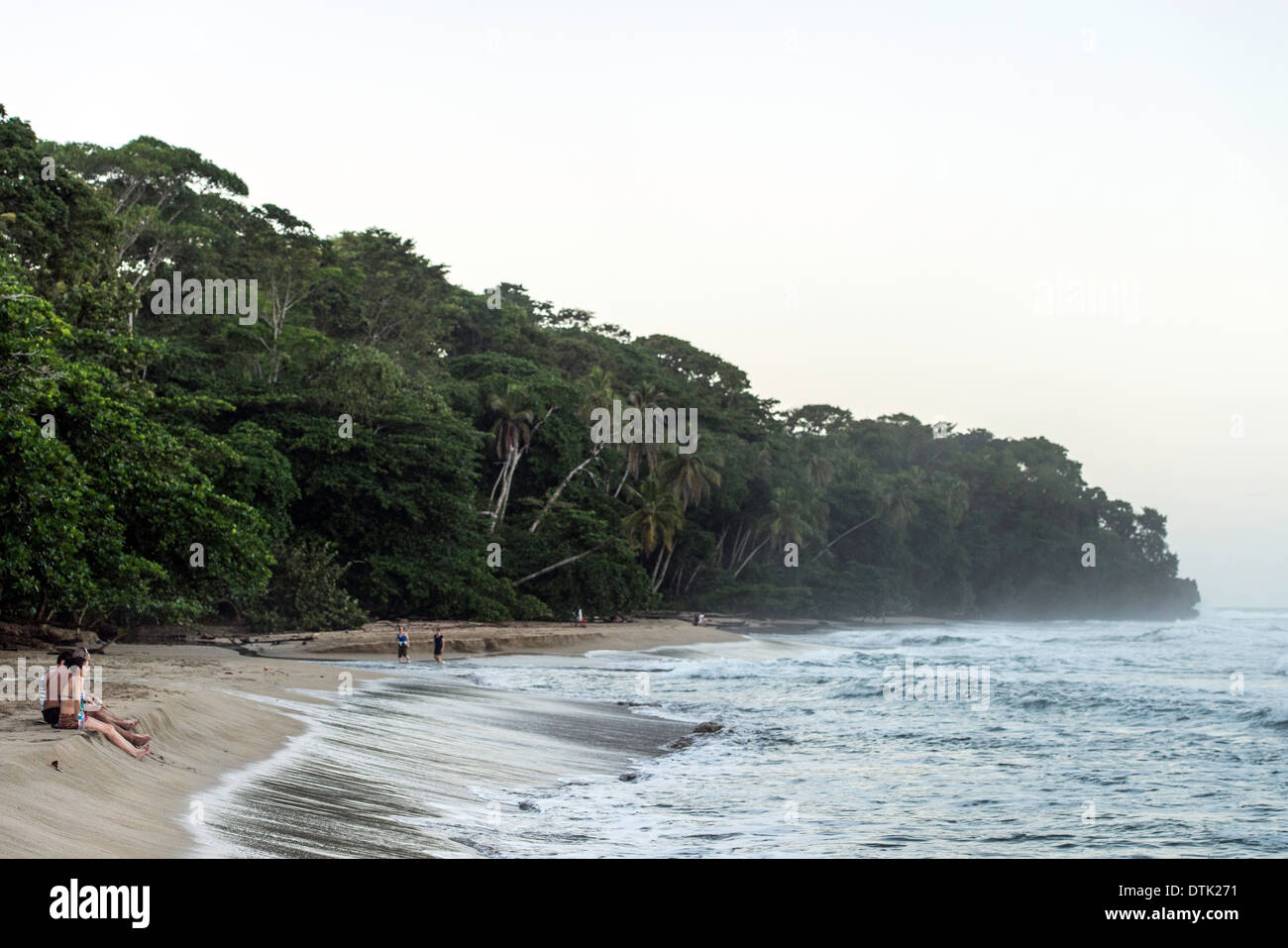Les touristes sur la plage Puerto Viejo, Costa Rica Photo Stock