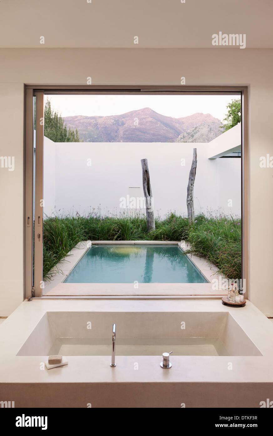 Salle De Bain De Luxe En Pierre ~ salle de bains moderne avec vue sur piscine et montagne banque d