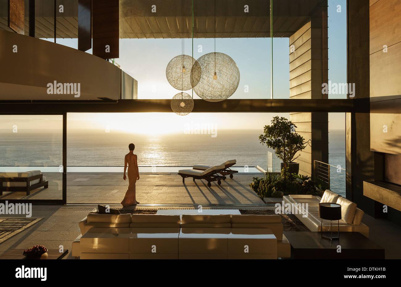 Femme de chambre moderne donnant sur l\'océan Banque D\'Images, Photo ...