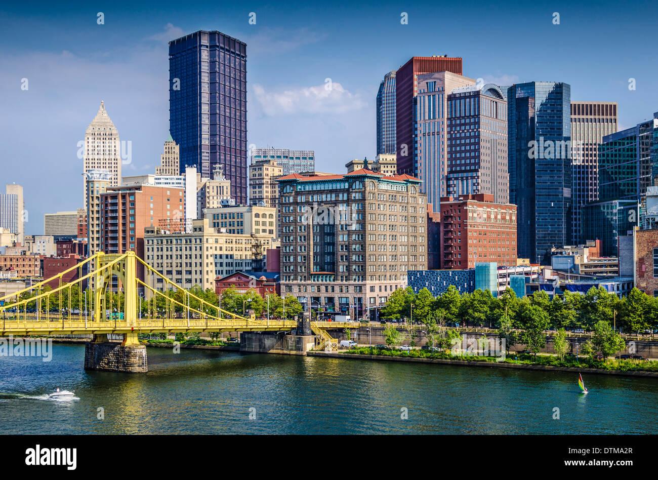 Pittsburgh, Pennsylvanie, USA Centre-ville de jour au cours de la scène de la rivière Allegheny. Photo Stock