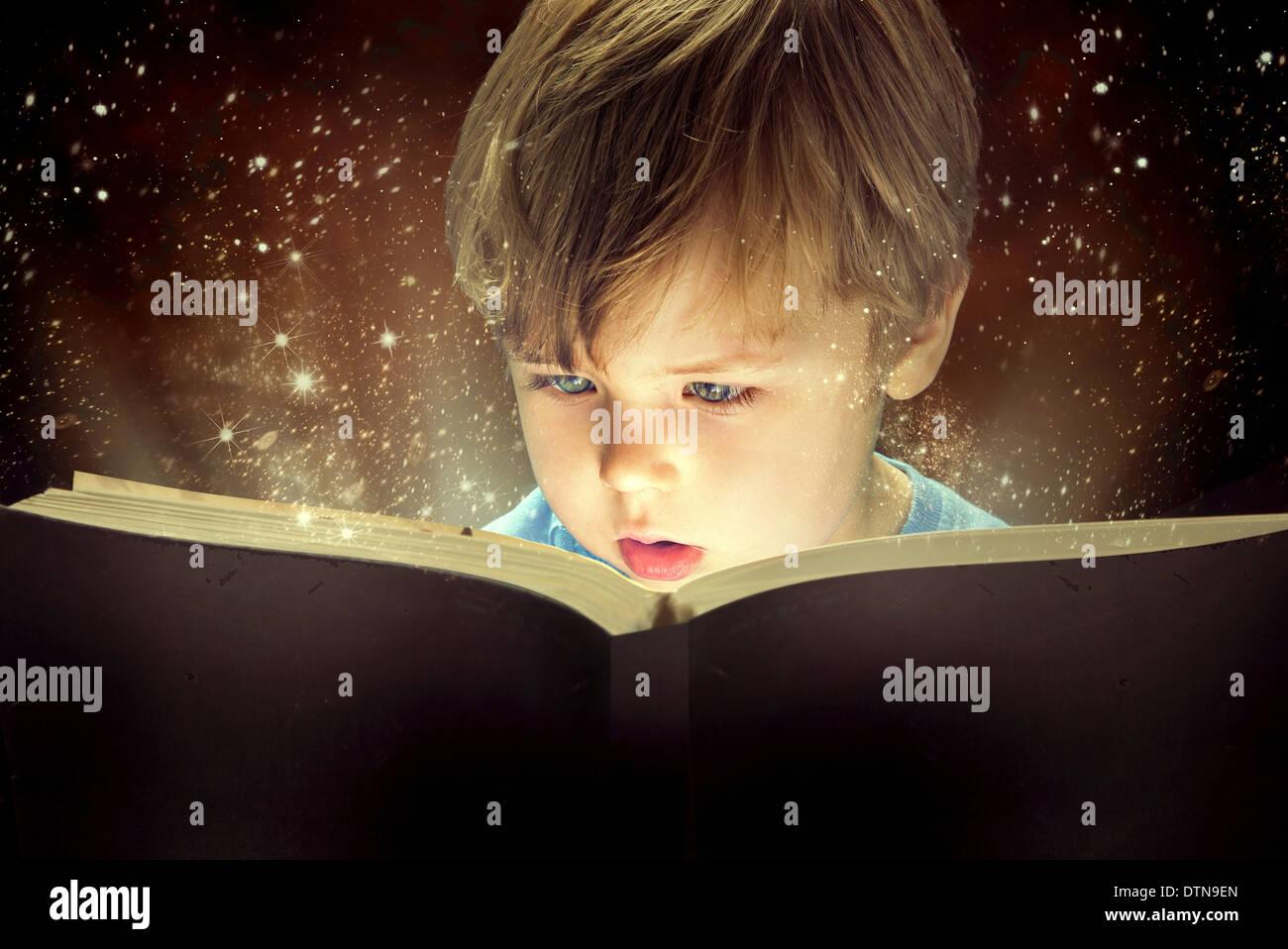 Petit garçon et le vieux livre de magie Photo Stock