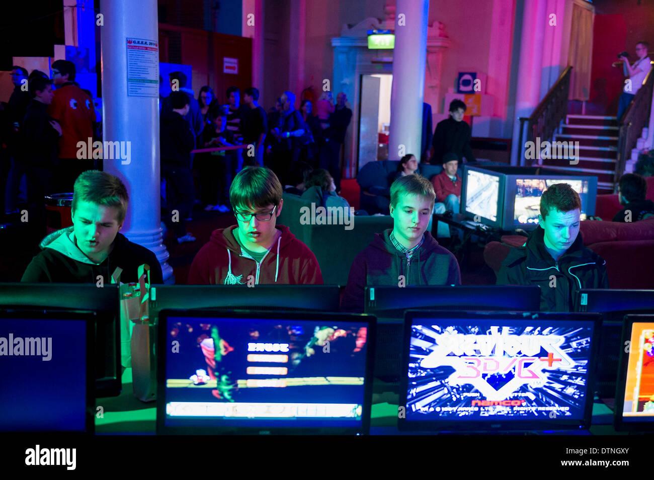 Margate, Kent, UK. 21 Février, 2014. Les joueurs de se concentrer sur leurs jeux à un geek gaming EXPO à Margate, Kent. Photographe: Gordon 1928/Alamy Live News Photo Stock