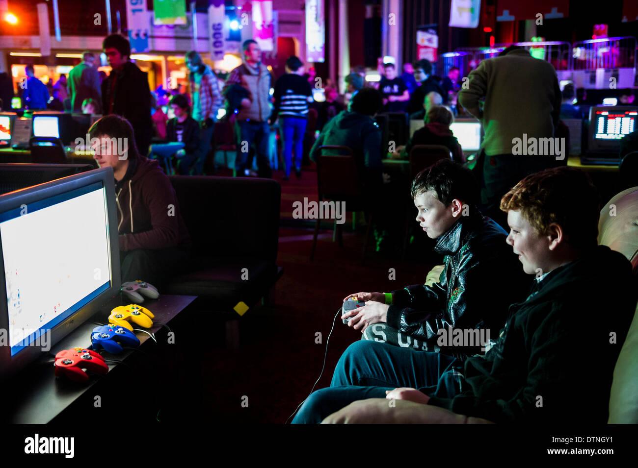 Margate, Kent, UK. 21 Février, 2014. Les jeunes adolescents s'amusaient à un des jeux de l'Expo de Margate, dans le Kent. Photographe: Gordon 1928/Alamy Live News Photo Stock