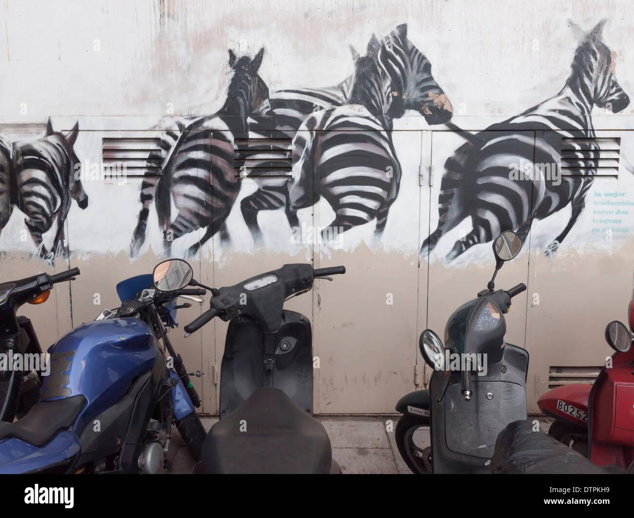 Un graffiti sur le mur d'un immeuble, bloc à Barcelone, Espagne, montre un troupeau de zèbres s'échapper vers la liberté Banque D'Images