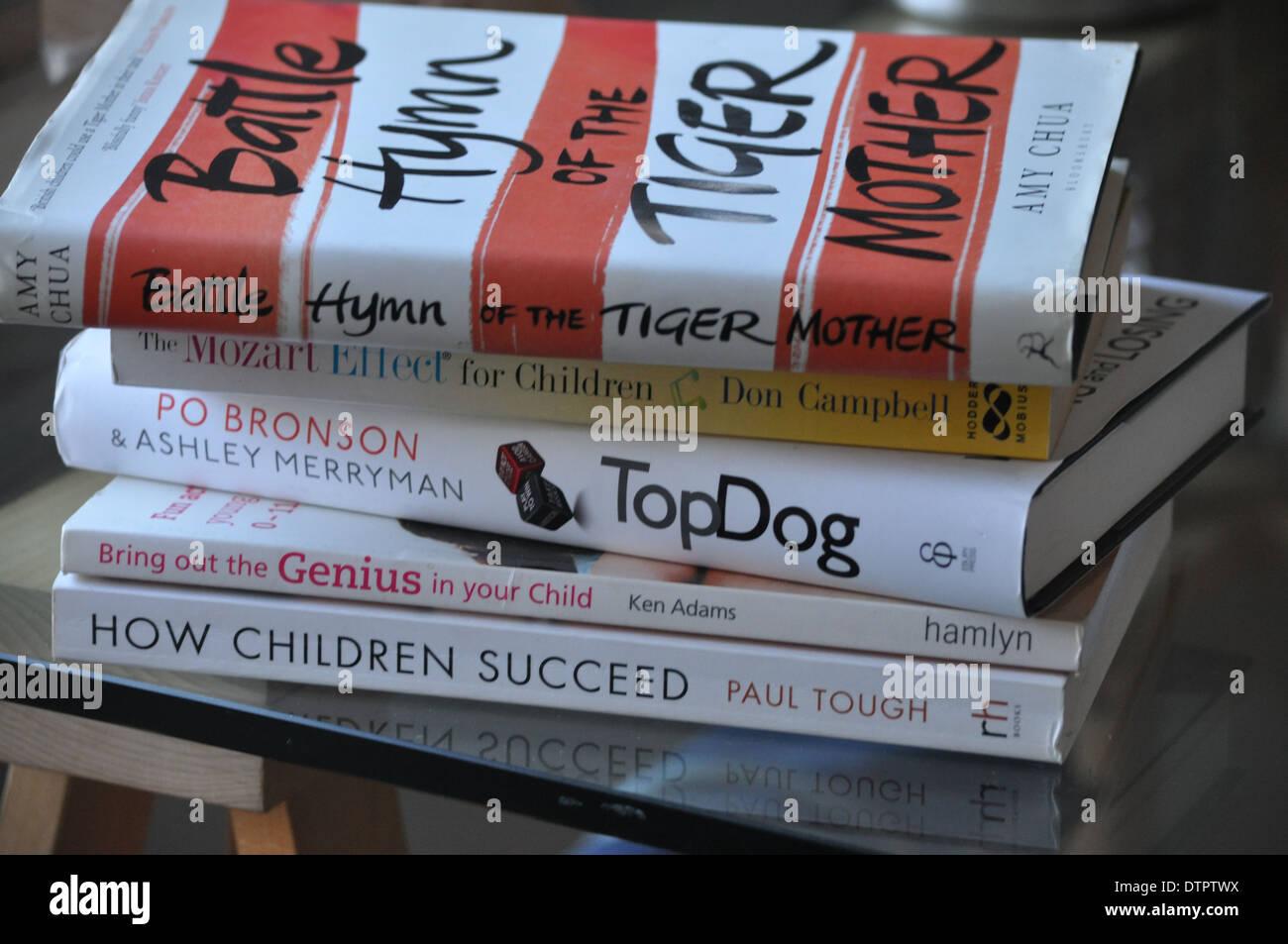 Des livres sur la parentalité concurrentiel et la façon d'être un parent agressif Photo Stock