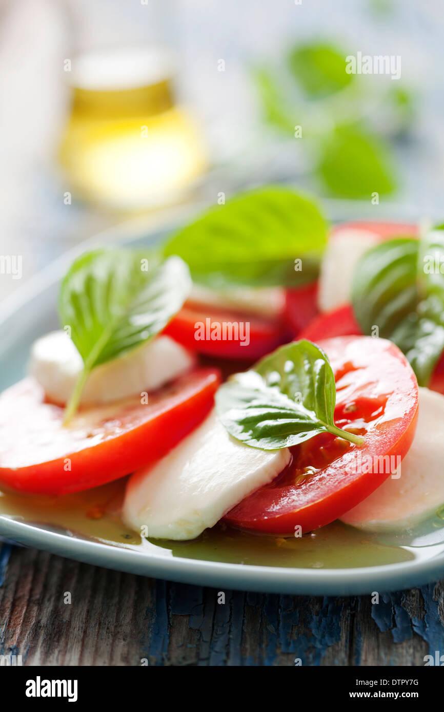 Gros plan du salade caprese italien classique, avec de la mozzarella, le basilic et la tomate Photo Stock