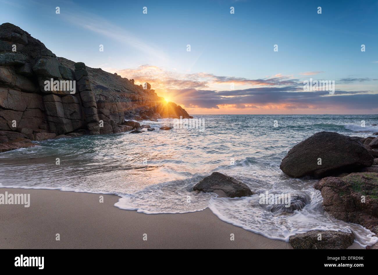 Lever du soleil à Porthgwarra Cove sur la péninsule de Lands End en Cornouailles Photo Stock