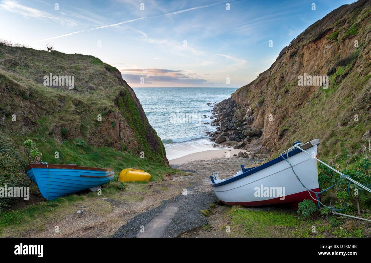 Des bateaux de pêche à l'Porthgwarra Cove à Cornwall Photo Stock