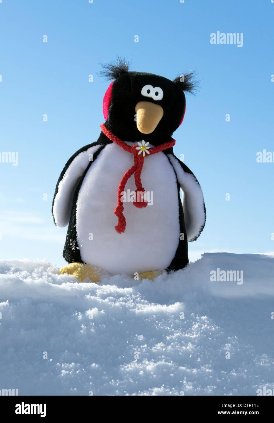 Peluche pingouin sur la neige Photo Stock