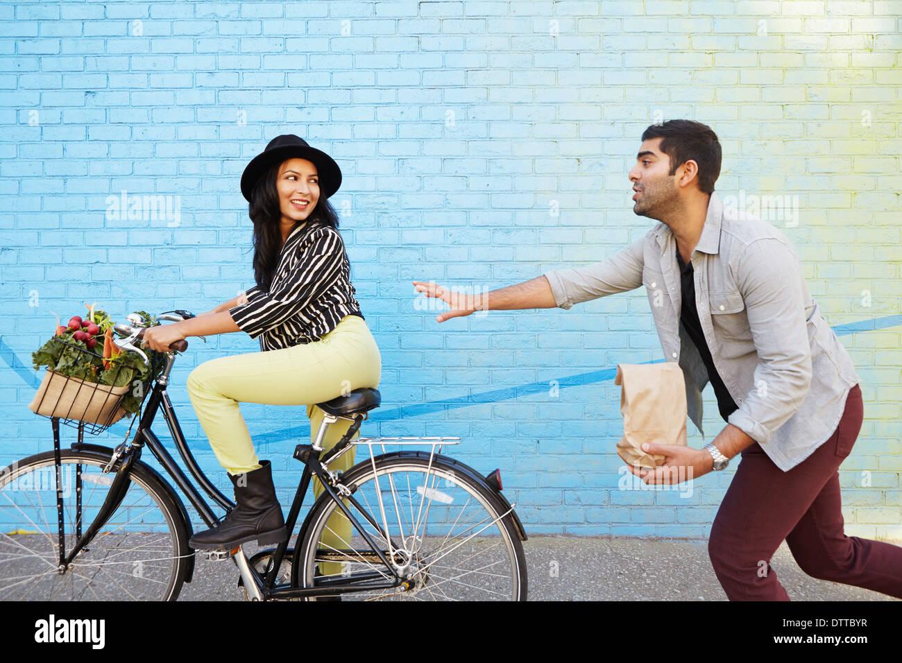 Indian man chasing petite amie sur location Banque D'Images