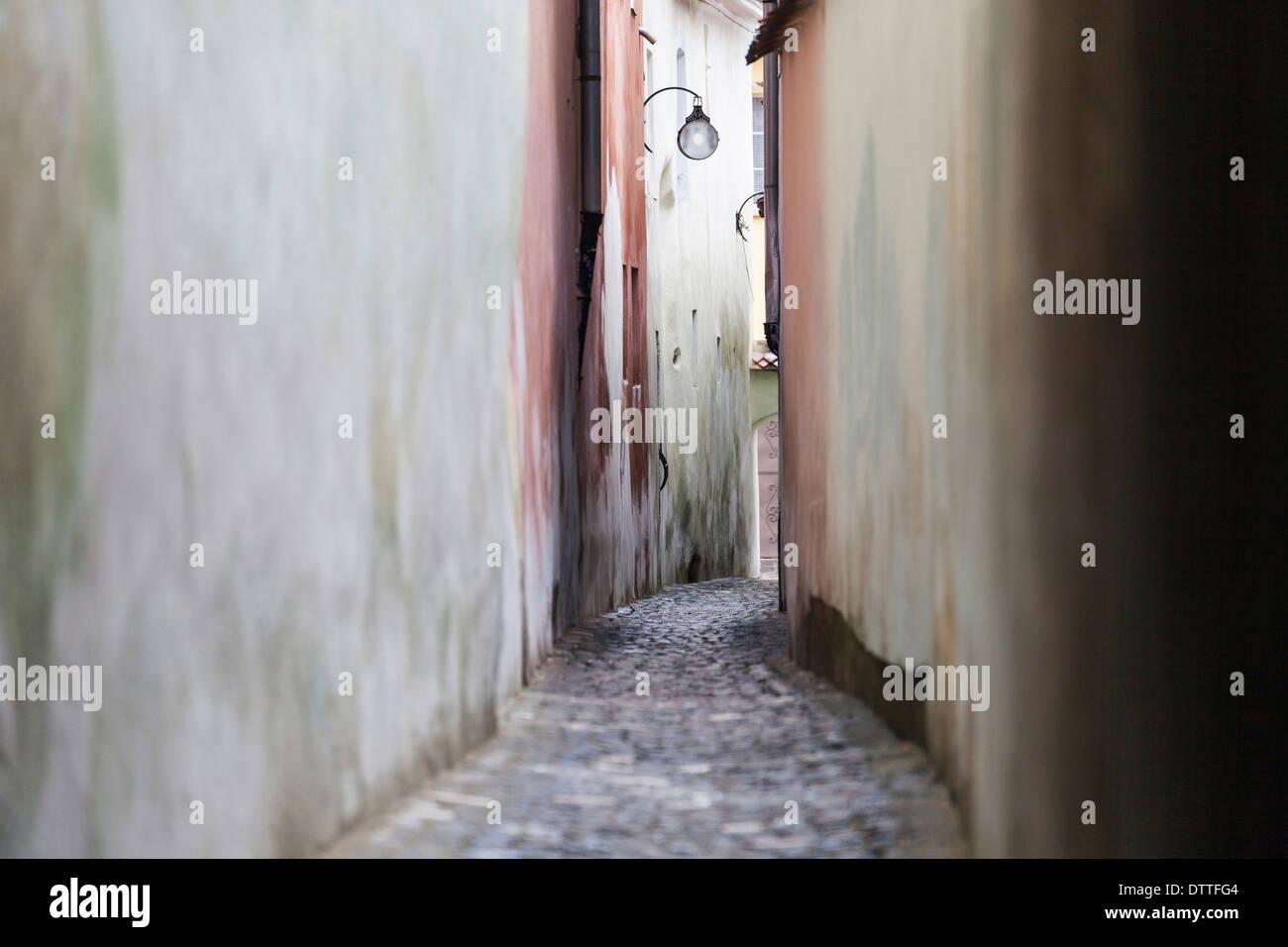 Des lampadaires suspendus dans alley Photo Stock