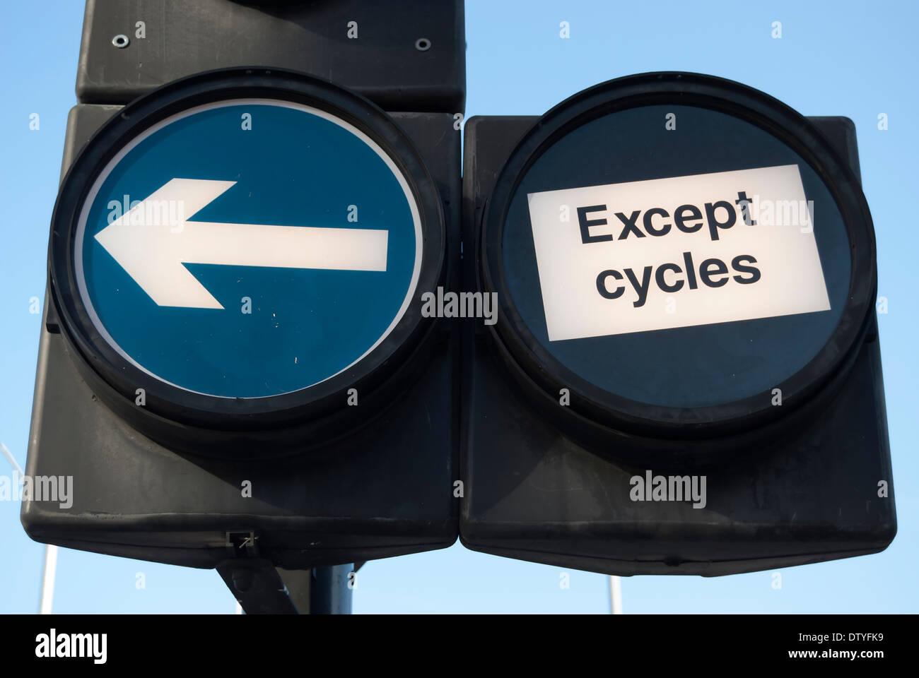 La section inférieure de la feux de circulation avec à gauche et à l'exception de l'avis de cycles Photo Stock