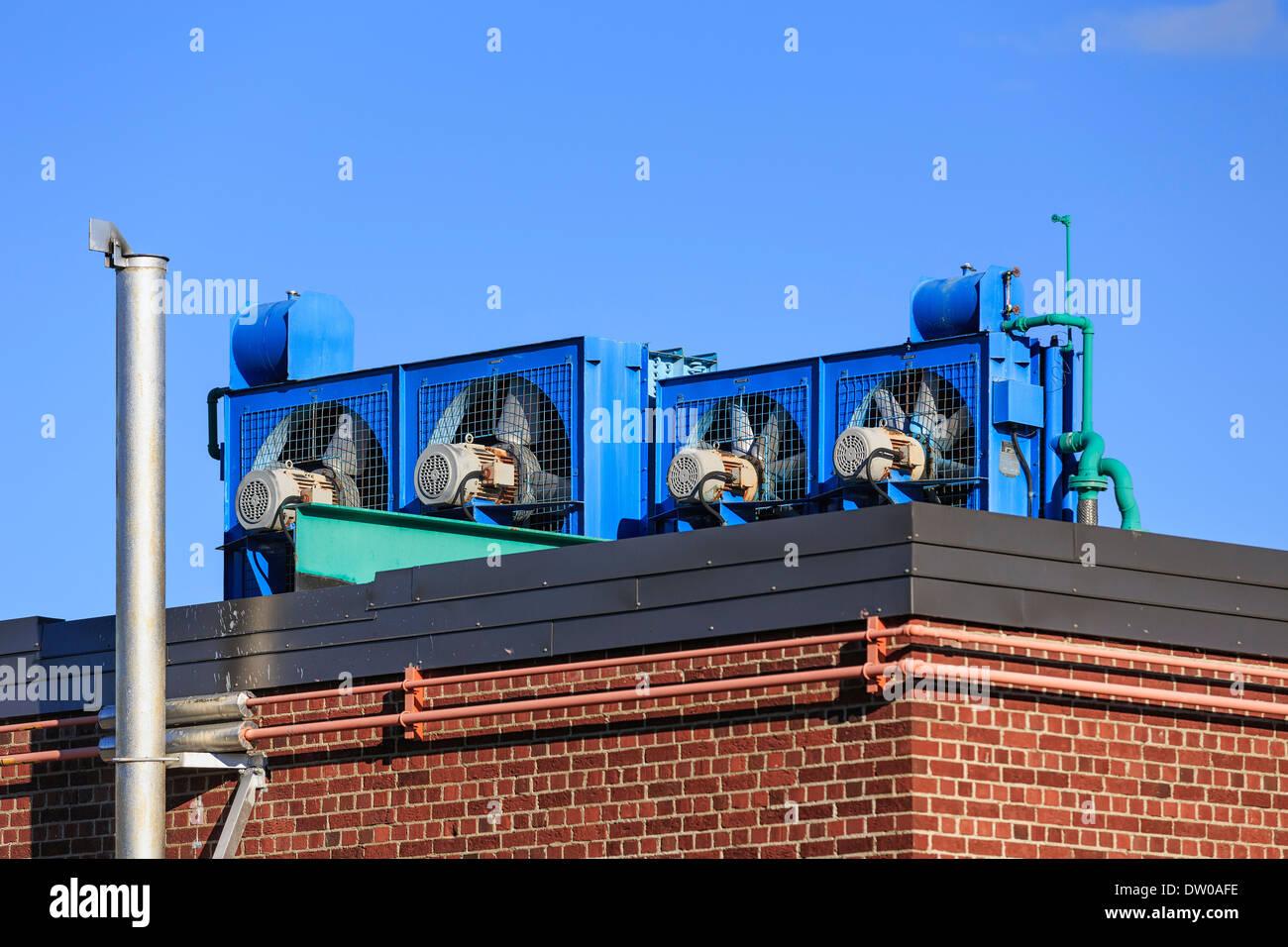 Ventilateurs industriels, sur un toit Photo Stock