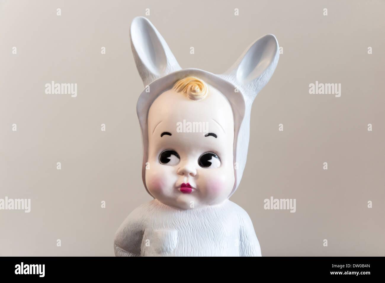 Jouet mignon d'un bébé avec bunny déguiser Photo Stock