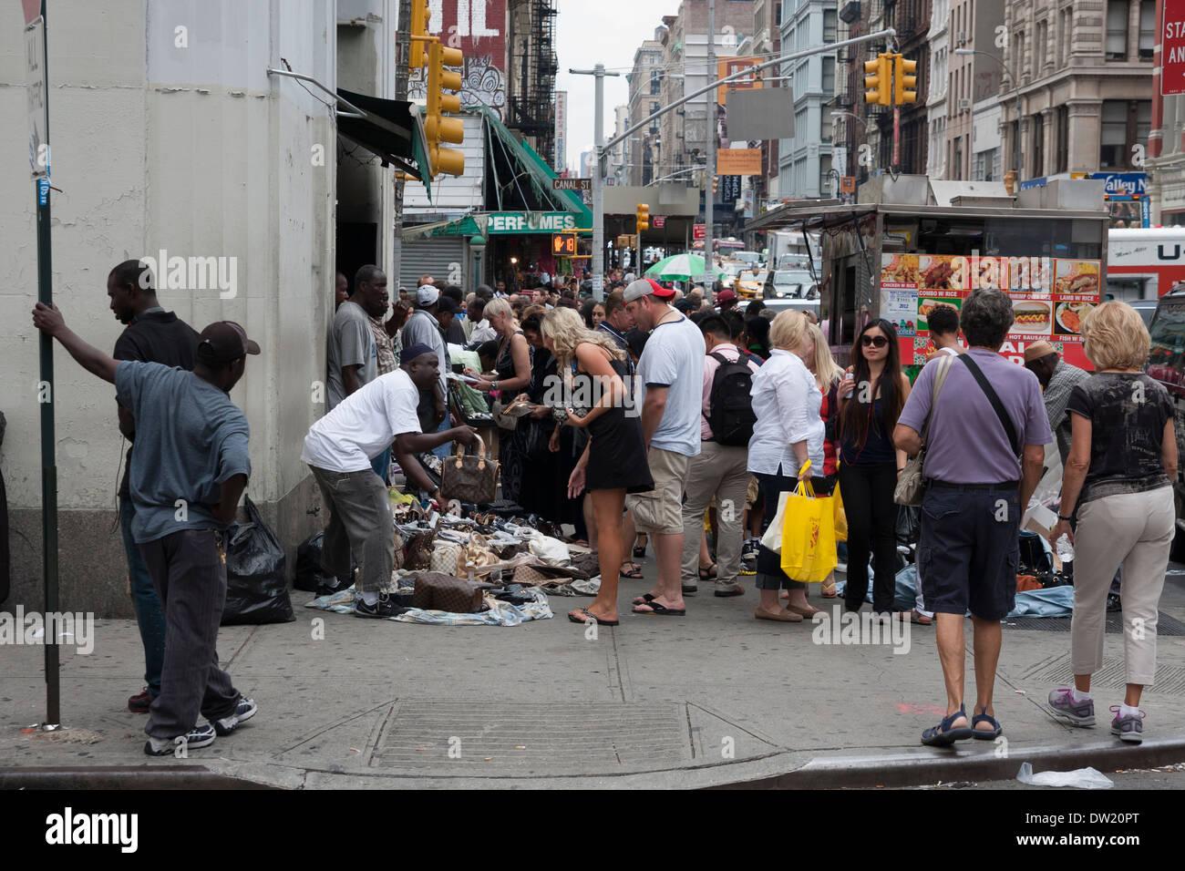 Propagation de la contrefaçon de produits de luxe sur Broadway, New York, USA Photo Stock