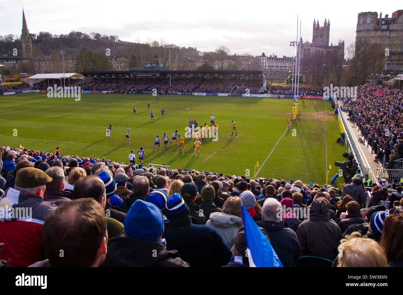 Les gens qui regardent un match de rugby au Recreation Ground connu sous le nom de loisir à Bath Somerset on 22 février 2014 Baignoire v London Wasps Photo Stock