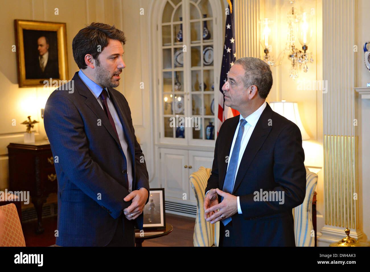Envoyé spécial américain Russ Feingold rencontre avec l'acteur Ben Affleck (L), fondateur de l'Initiative de l'Est du Congo, au Ministère d'État le 26 février 2014 à Washington, D.C. Photo Stock