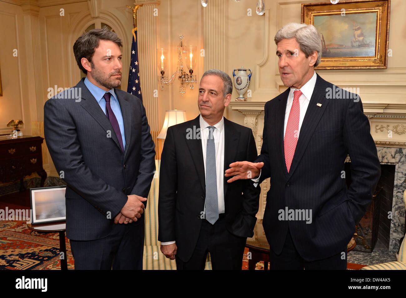 Le secrétaire d'Etat américain John Kerry et Envoyé spécial Russ Feingold rencontrez avec l'acteur Ben Affleck (L), fondateur de l'Initiative de l'Est du Congo, au Ministère d'État le 26 février 2014 à Washington, D.C. Photo Stock