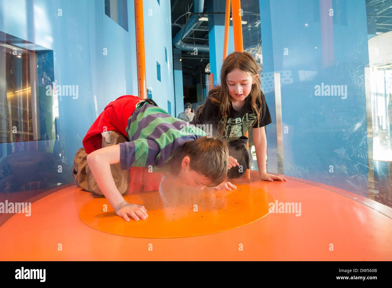 Les garçons en interaction avec la circulation de l'air la pièce à Telus, monde de la Science, Vancouver, British Columbia, Canada Photo Stock