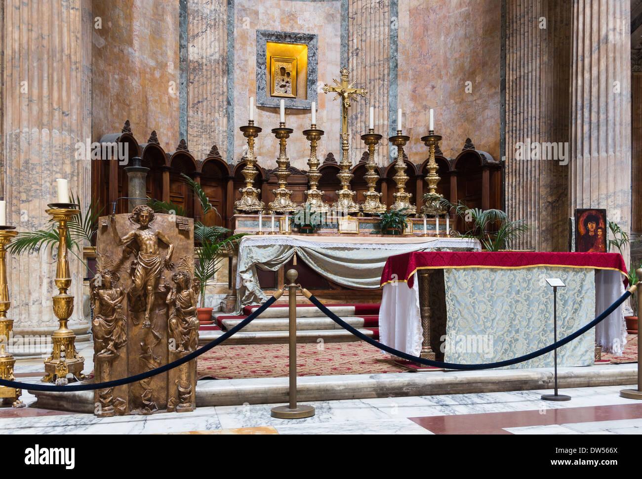 L'autel principal de l'église Sancta Maria ad Martires (le Panthéon), à Rome, Italie. Photo Stock