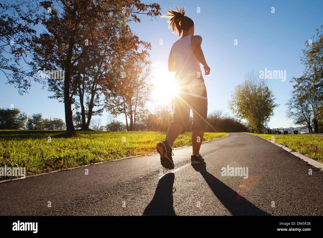 Jeune femme courir dans le parc Photo Stock