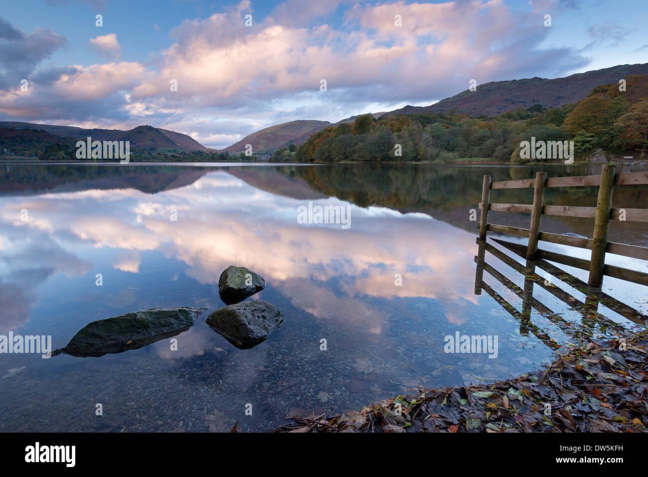 Coucher du soleil au-dessus de Grasmere dans le Parc National du Lake District, Cumbria, Angleterre. L'automne (octobre) 2012. Photo Stock