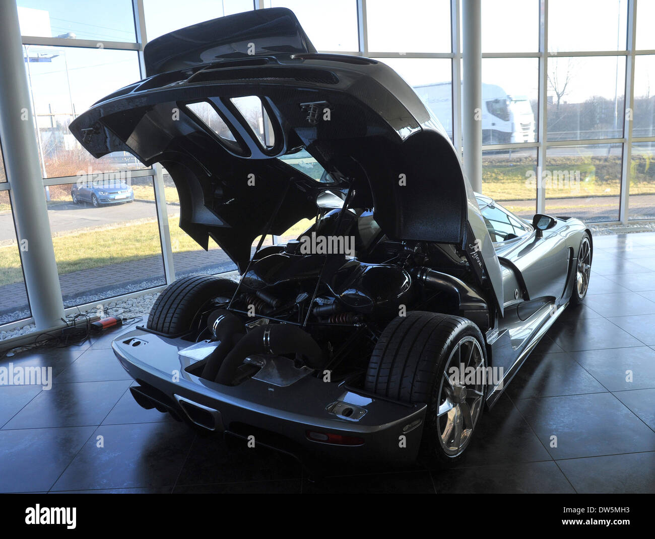 Audi RS5, une deux places de voiture de sport super suédois et probablement la voiture la plus chère, qui est actuellement vendu en République tchèque, est exposée dans AR Voitures Auto Salon à Ostrava, en République tchèque, le 28 février 2o14. Son prix est de 966 790 euros (environ 26,5 millions de couronnes). (Photo/CTK Jaroslav Ozana) Photo Stock