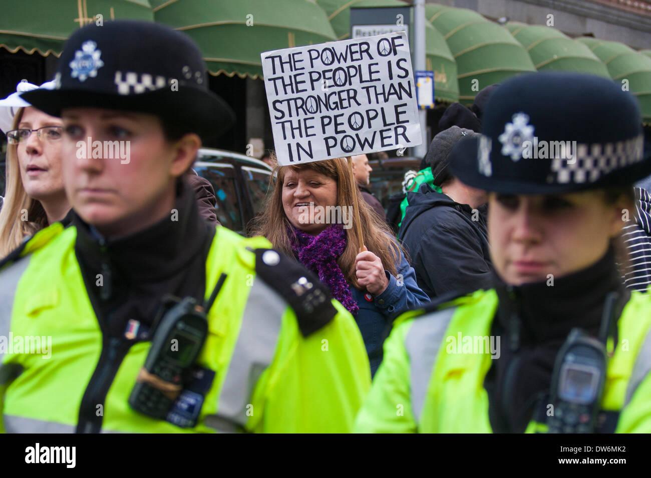 Londres, 1er mars 2014. Londres mars contre la corruption du gouvernement. Photo: une femme de pneu et effectué Banque D'Images