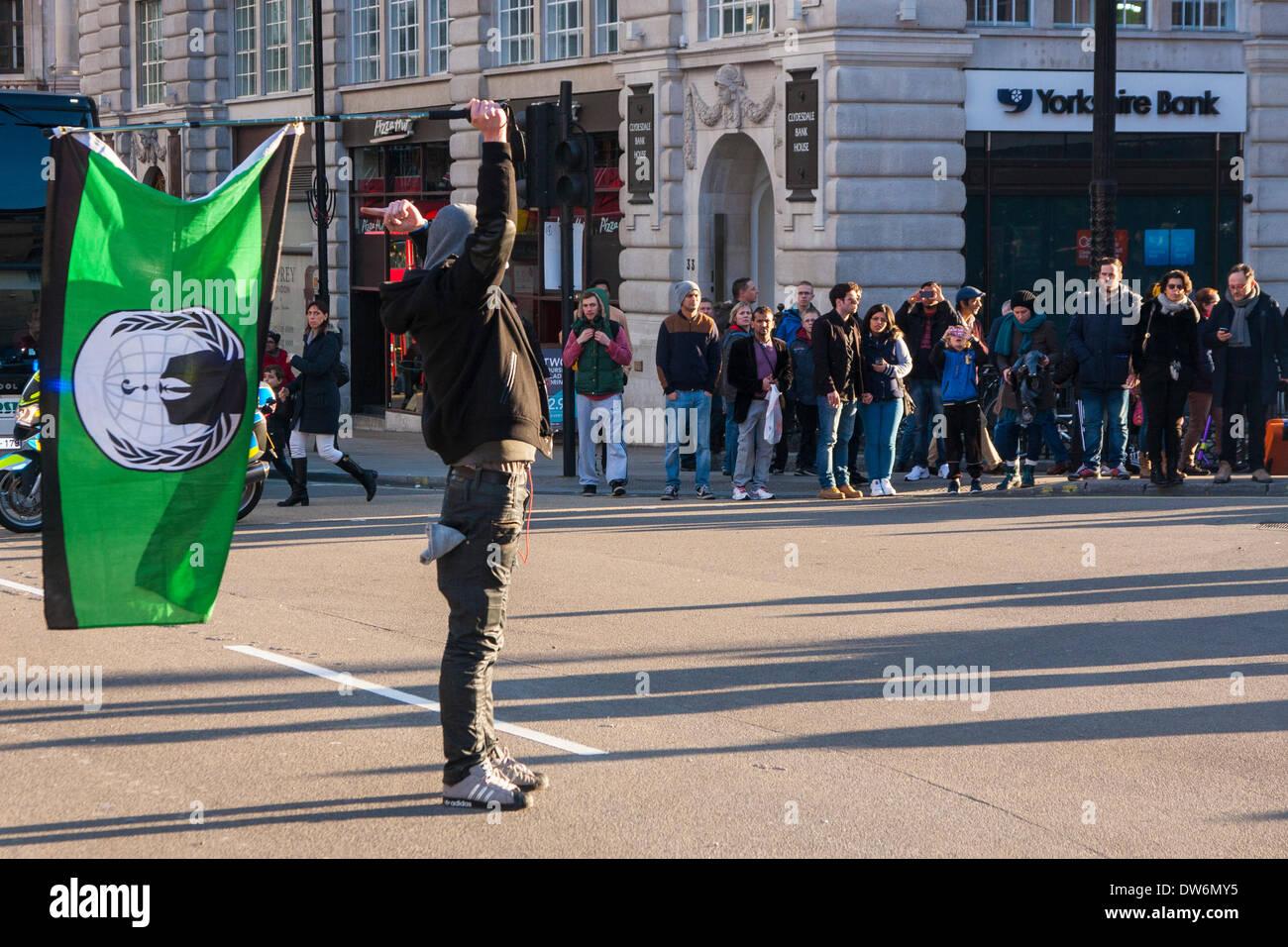Londres, 1er mars 2014. Londres mars contre la corruption du gouvernement. Sur la photo: Un militant se trouve Banque D'Images