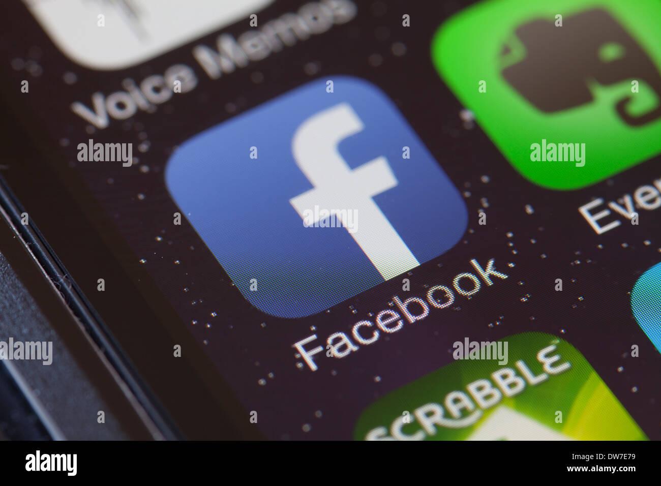 Icône de l'application Facebook sur téléphone mobile. Photo Stock