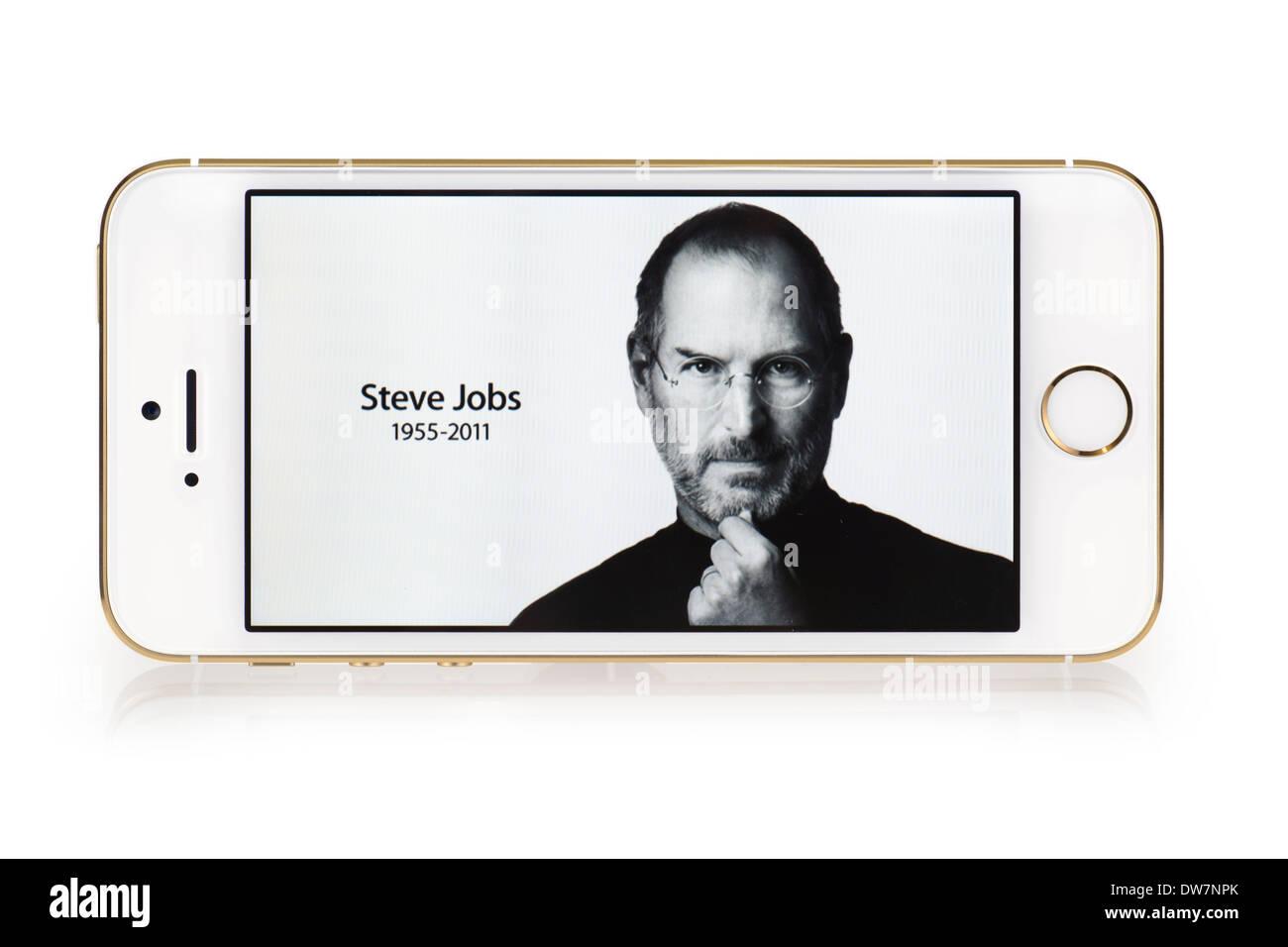 Steve Jobs d'image sur l'écran de l'iPhone 5S, iPhone 5 S L'or blanc Banque D'Images