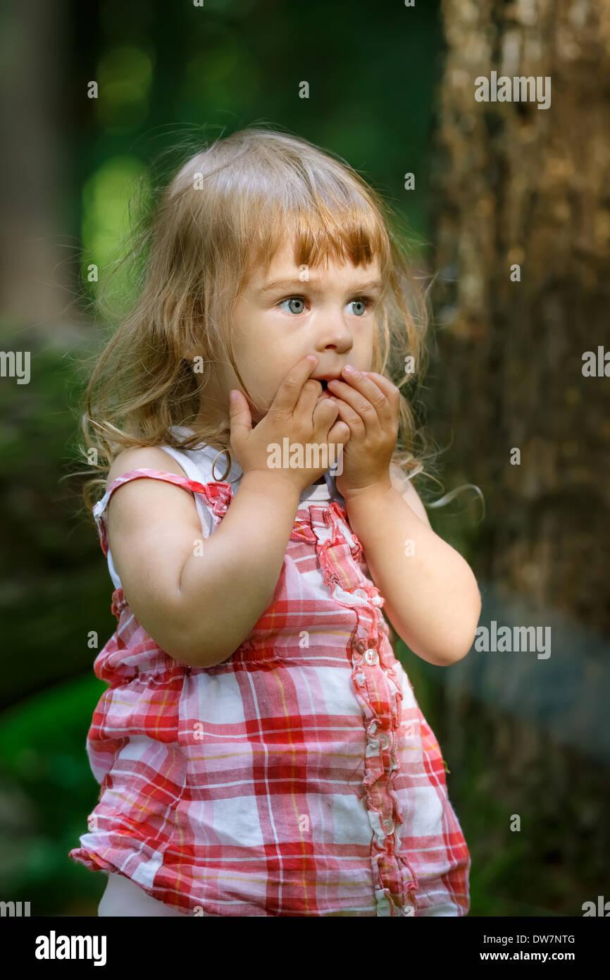 Petite fille dans la forêt Banque D'Images
