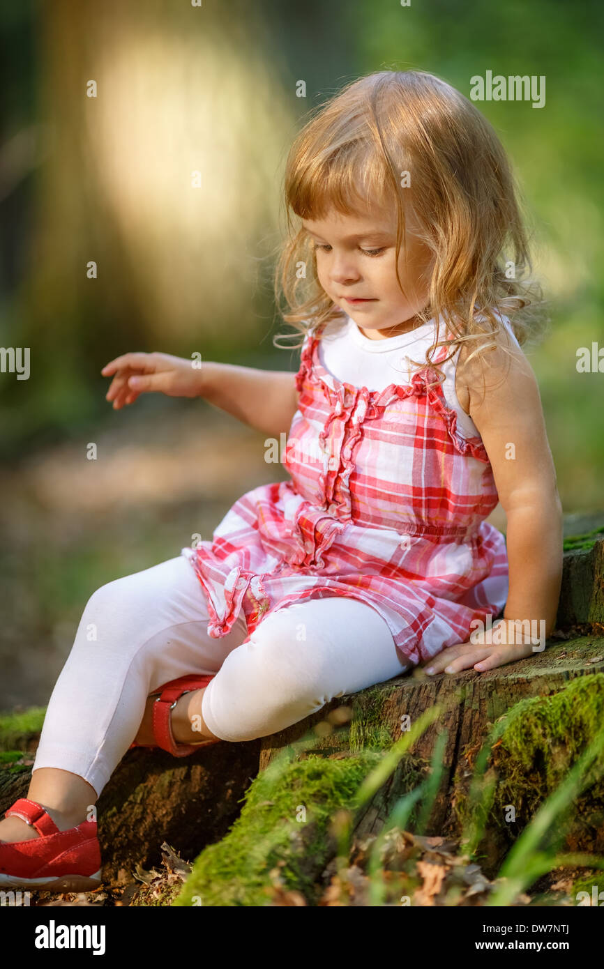 Petite fille dans la forêt Photo Stock
