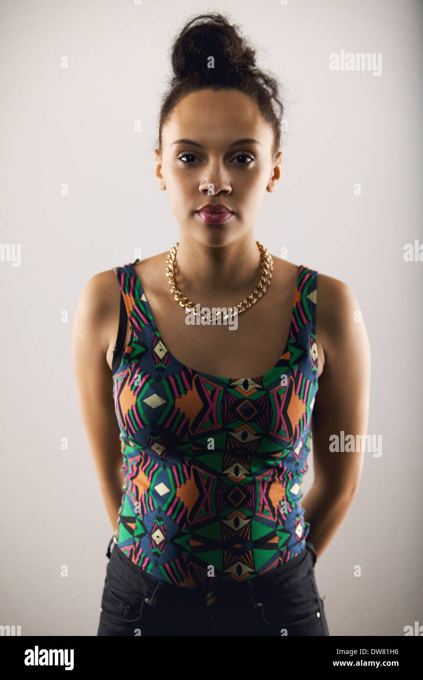 Portrait de belle jeune femme dans des vêtements décontractés looking at camera. De jolies jeunes femmes mannequin pose. Photo Stock