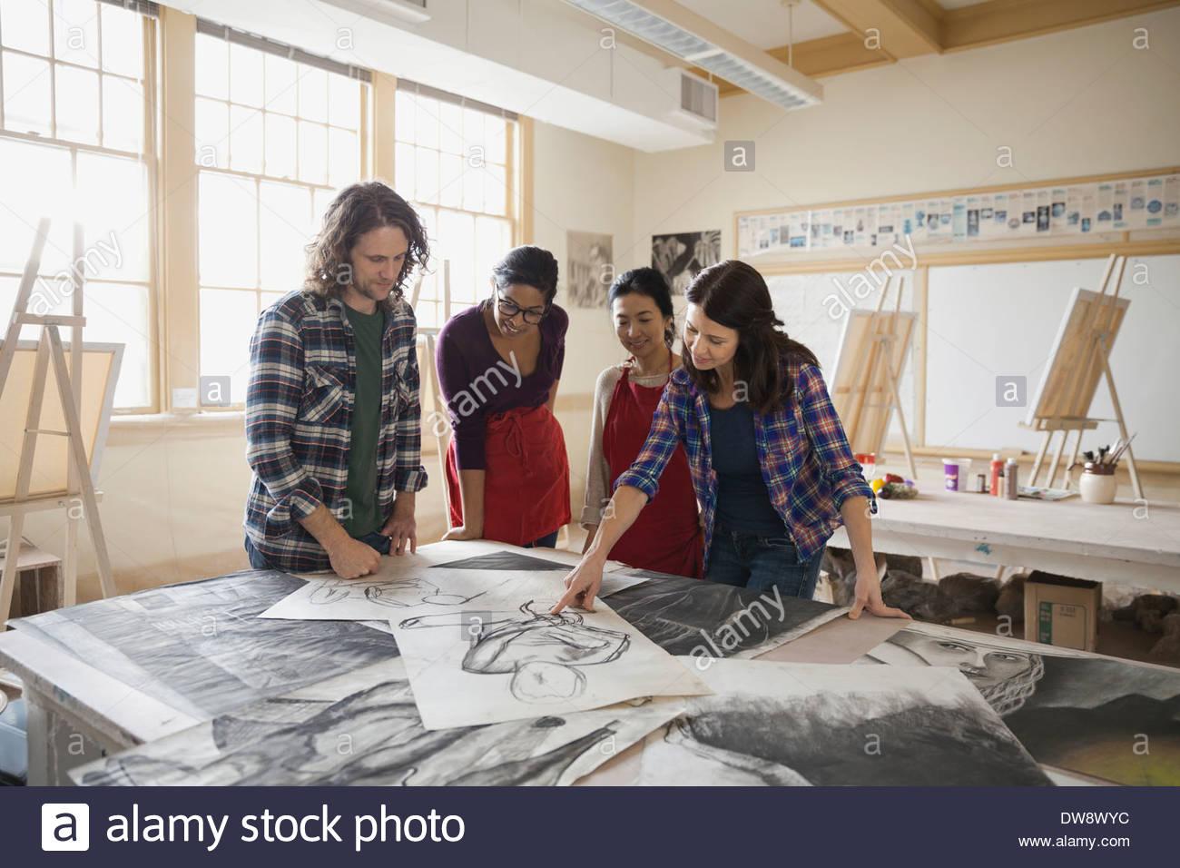 Les élèves de l'analyse des dessins au fusain dans la classe d'art Photo Stock