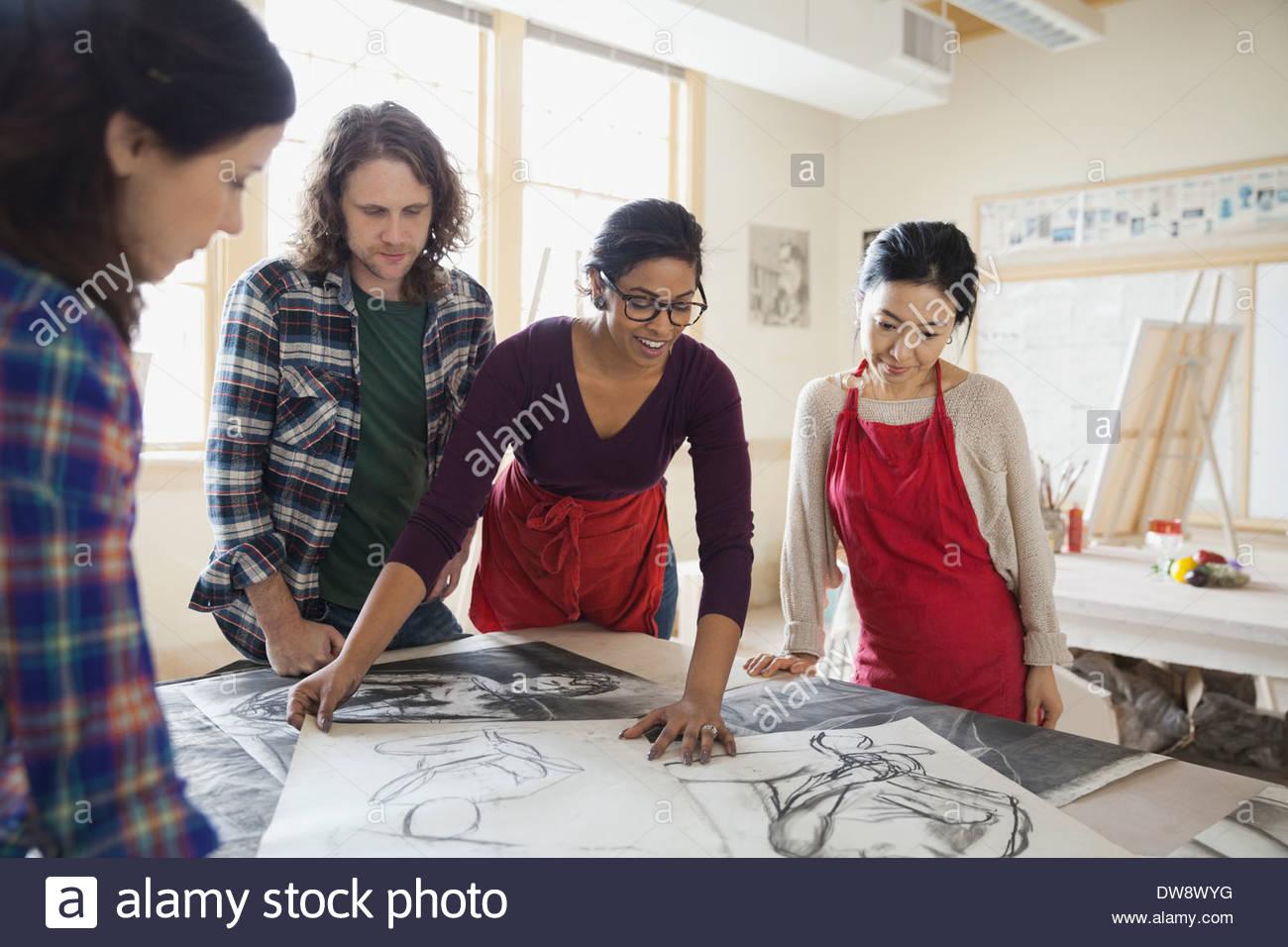 Des dessins au fusain d'élèves dans la classe d'art Photo Stock