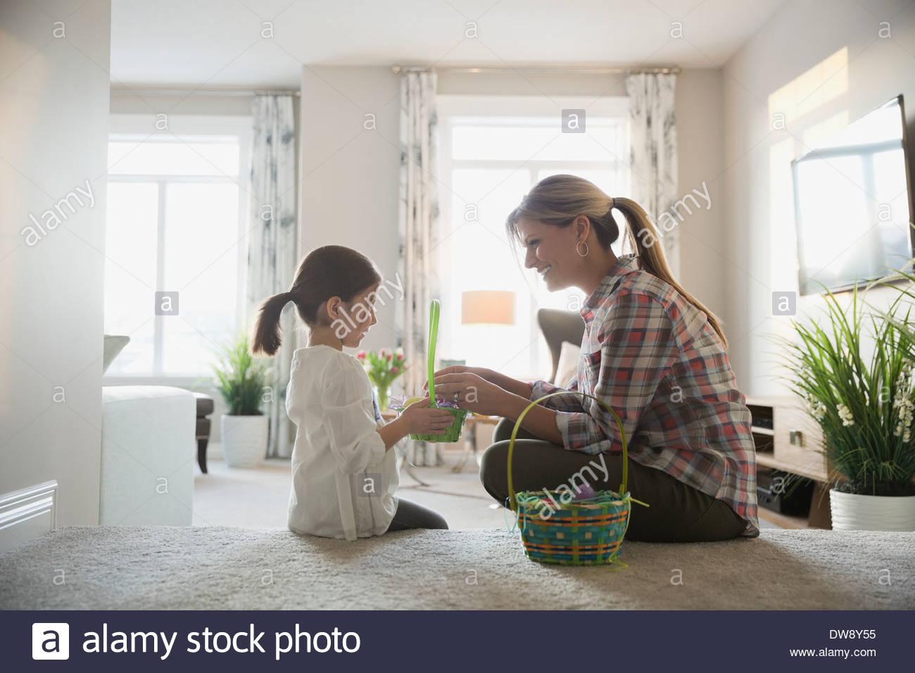 Mère et fille en comptant les oeufs de Pâques à la maison Photo Stock