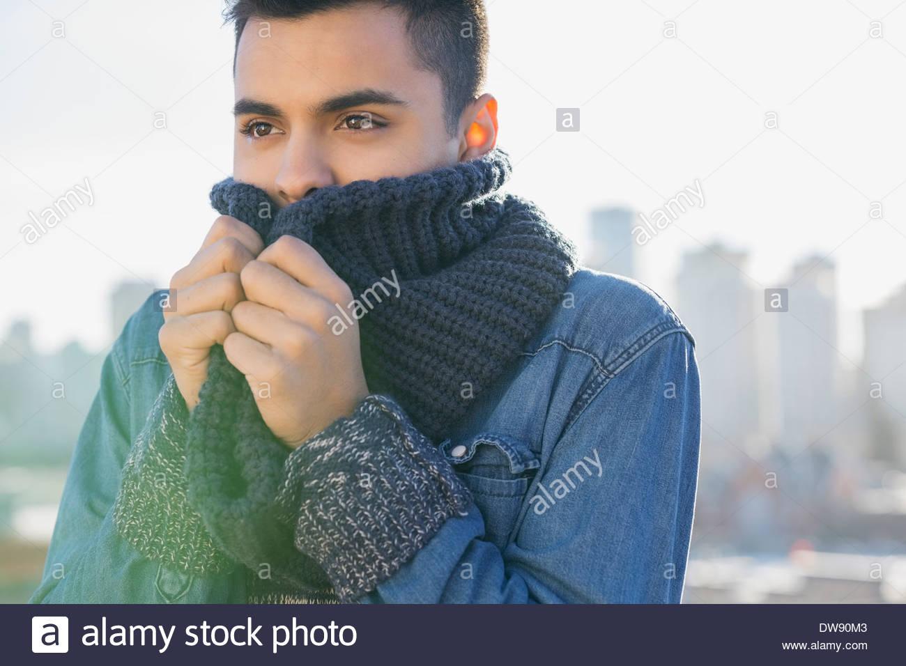 Homme debout en plein air avec écharpe en tricot confortable Photo Stock 2cdf267988d