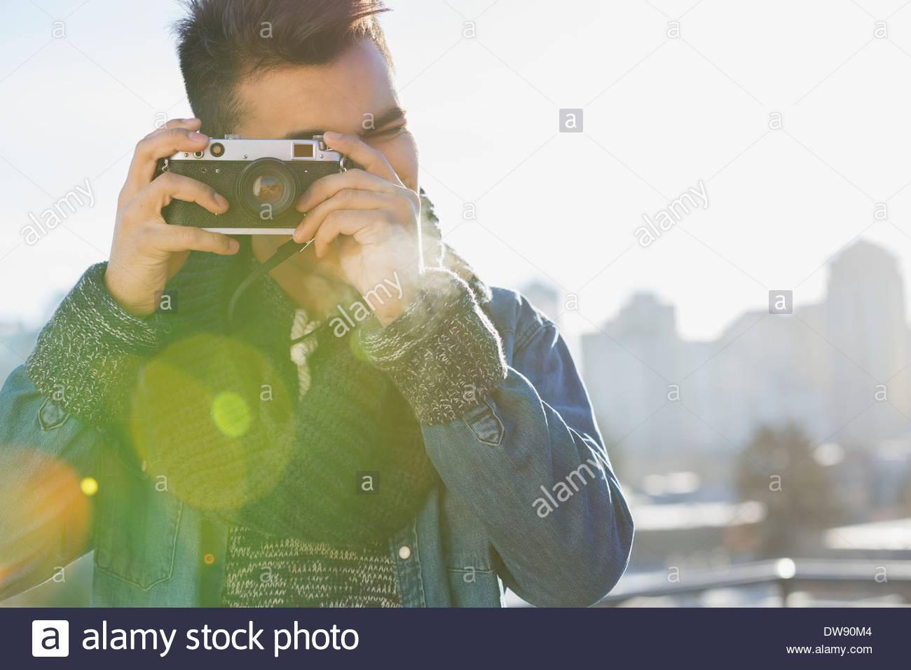 L'homme photographié par vintage appareil photo à l'extérieur Photo Stock