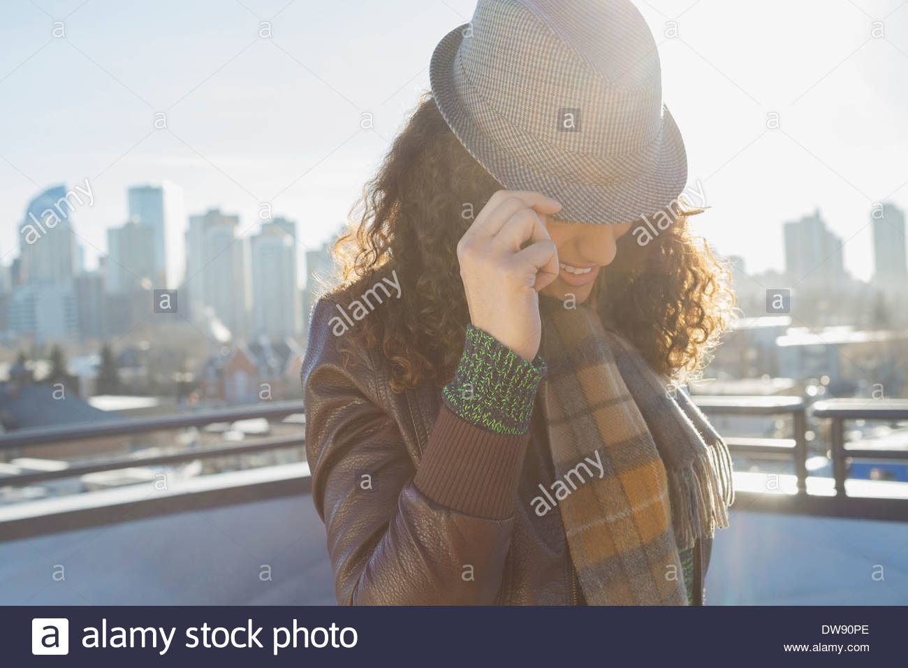 Mode femme wearing hat outdoors Photo Stock 5a8f0b044ad3
