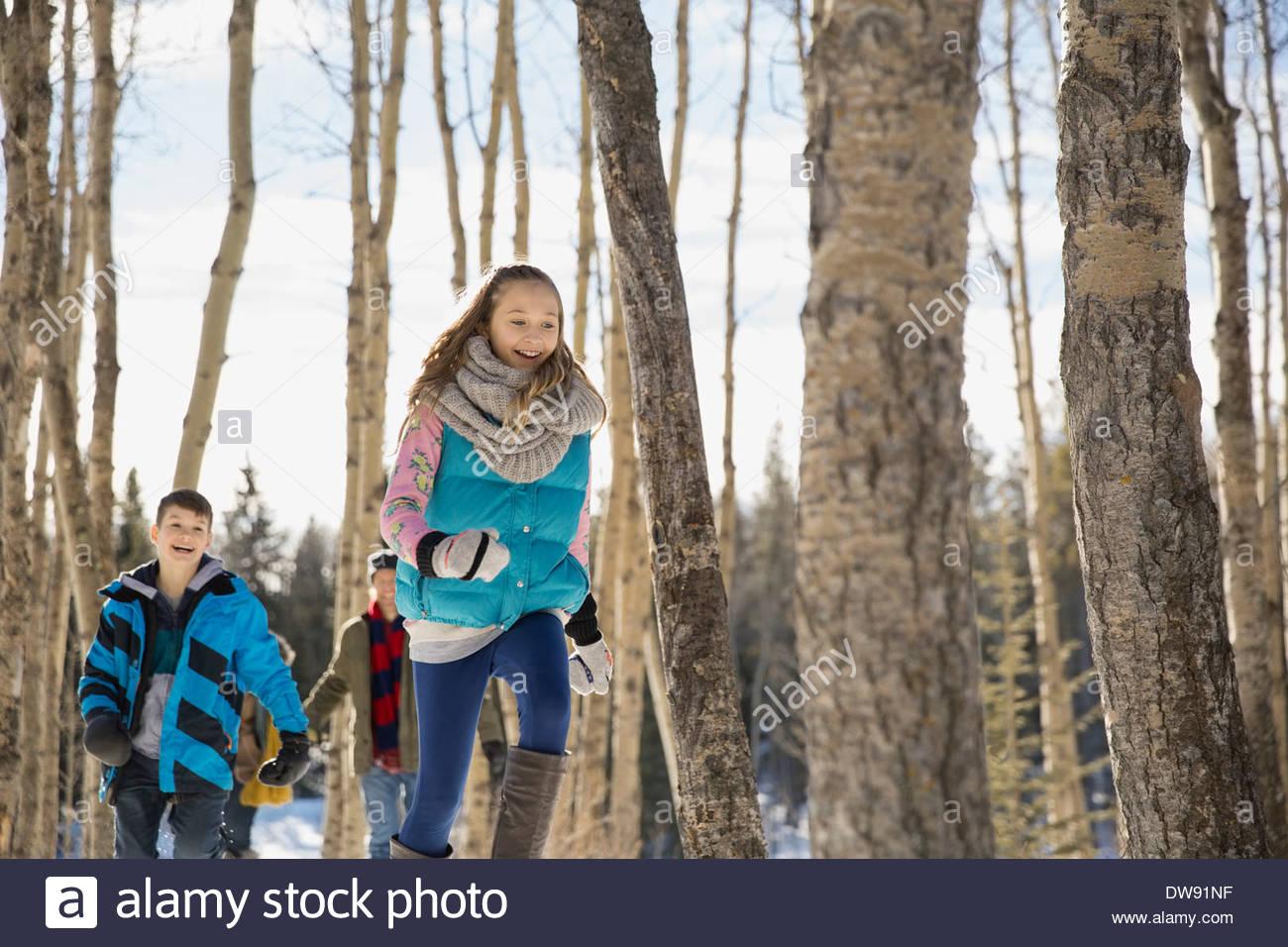Frères et sœurs qui traversent la forêt d'hiver Photo Stock