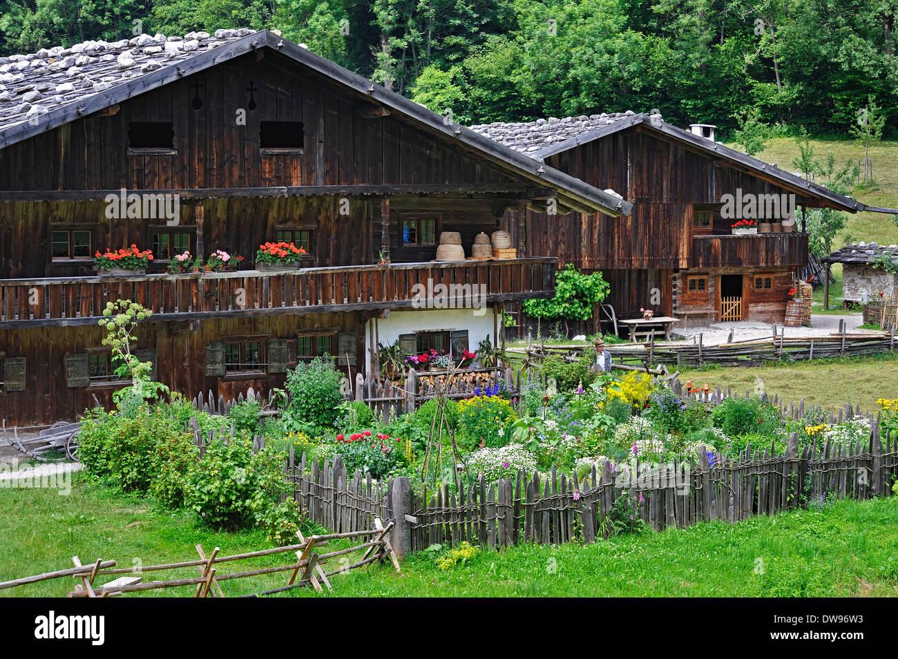 Deux fermes avec un agriculteur à Markus Wasmeier Farm et musée des sports d'hiver, Neuhaus, Schliersee, Haute-Bavière, Bavière Photo Stock