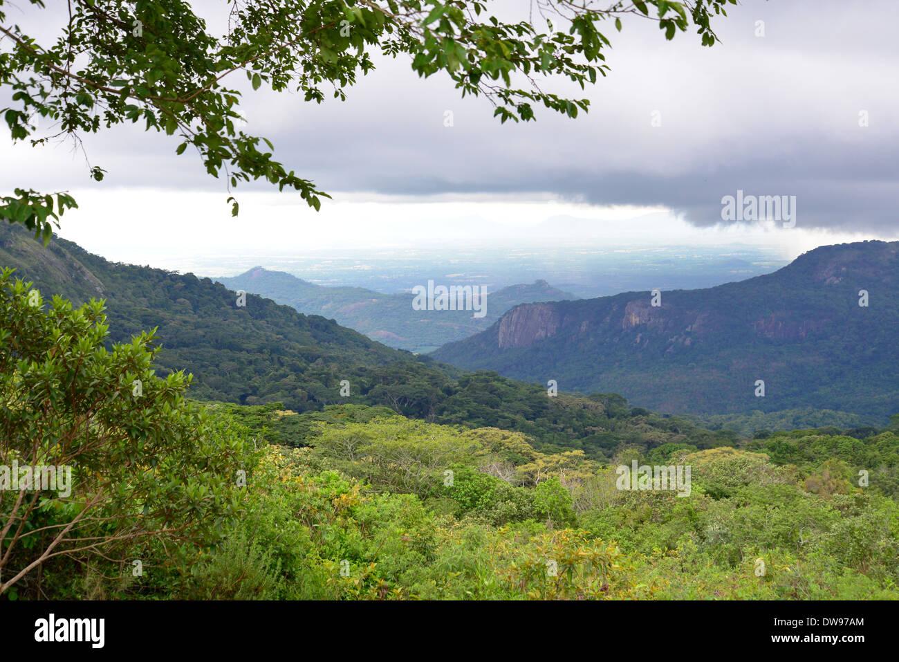 Voir en Mozambique à partir de Leopard Rock au Zimbabwe en Afrique centrale. Photo Stock