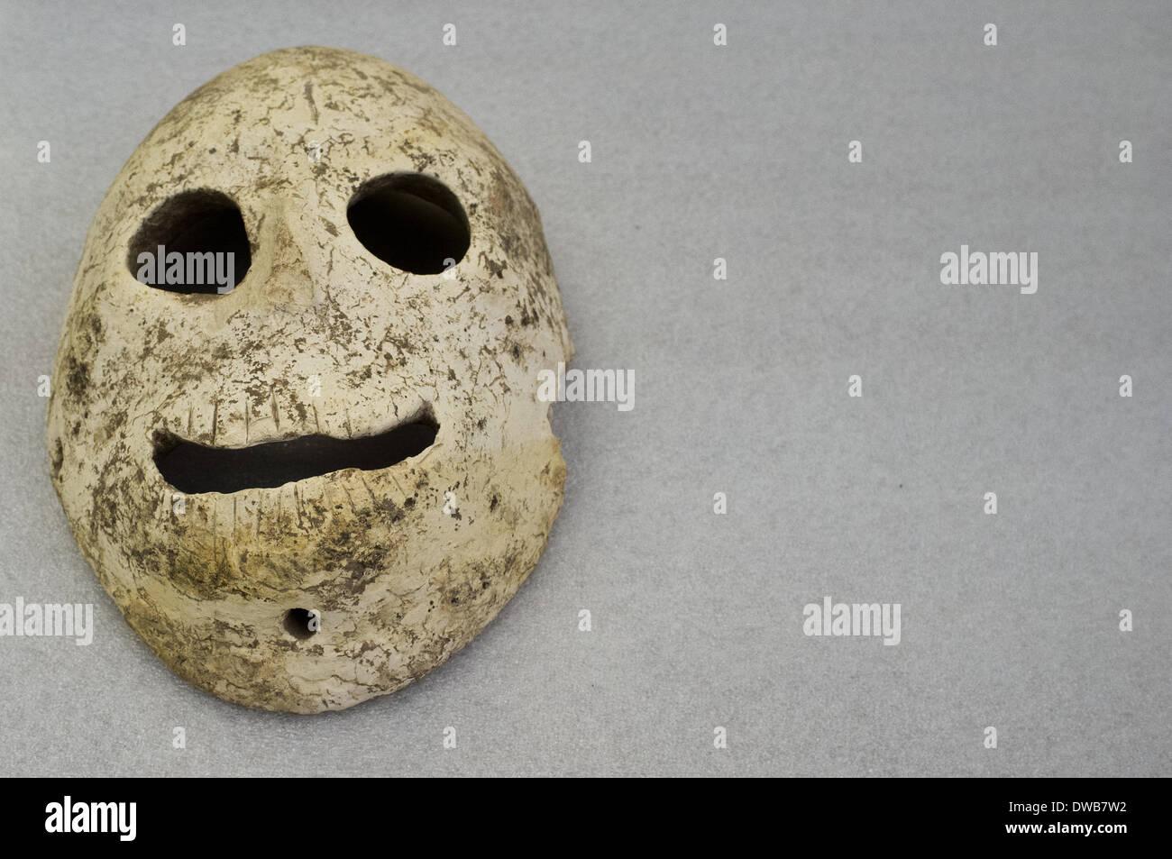 Jérusalem, Israël. Le 05 Mar, 2014. Le Musée d'Israël réunit pour la première fois un groupe rare de 9 000 ans, les masques de pierre néolithique, le plus ancien connu à ce jour, tous originaires des collines de Judée et du désert de Judée. Les masques sont soupçonnés d'avoir représenté les esprits des ancêtres défunts. C'est la première fois que la majorité des masques sera sur l'affichage public. Credit: Alon Nir/Alamy Live News Banque D'Images