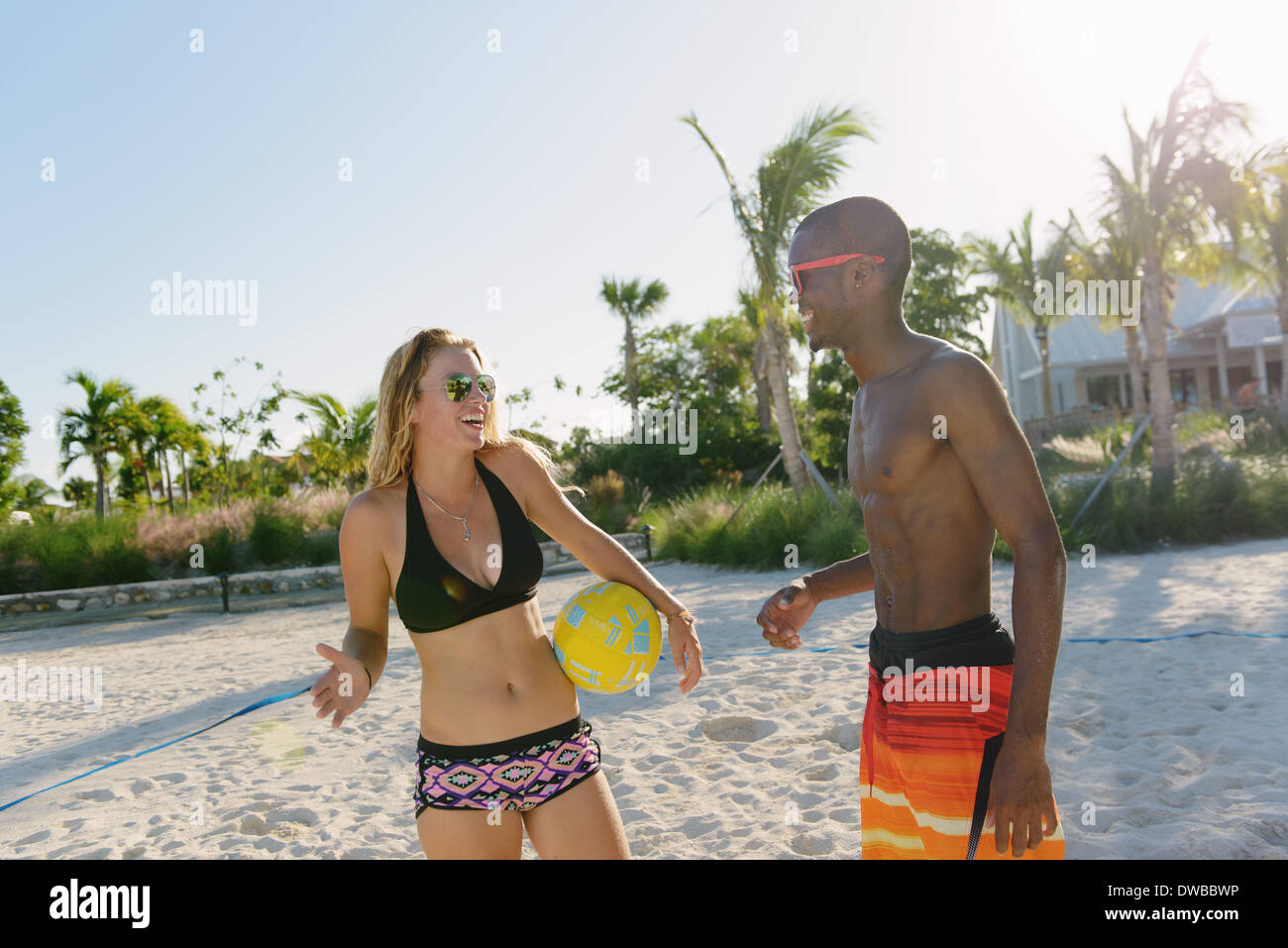 Deux jeunes amis adultes avec beach volley, Providenciales, Turks and Caicos Islands, Caribbean Photo Stock